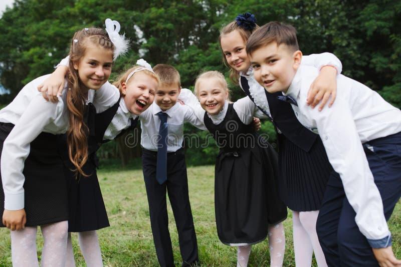 Jungen und Mädchen in der Uniform draußen lizenzfreies stockfoto