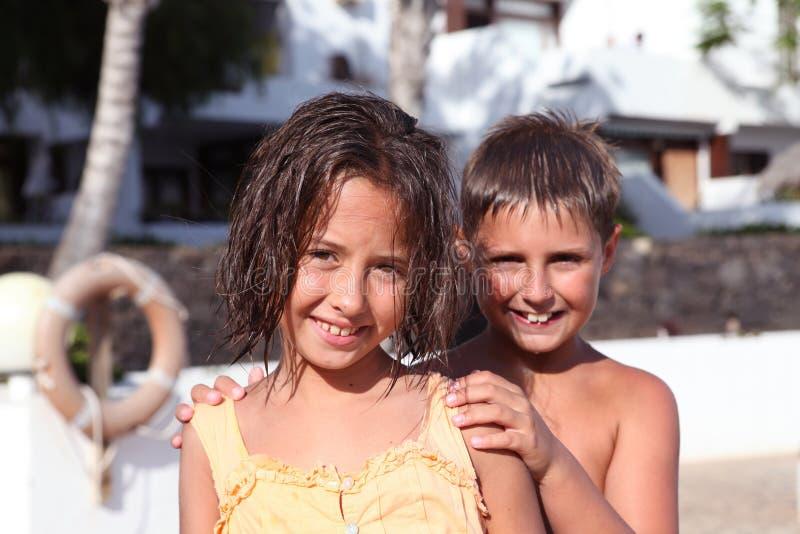 Jungen- und Mädchenspielen stockfotos