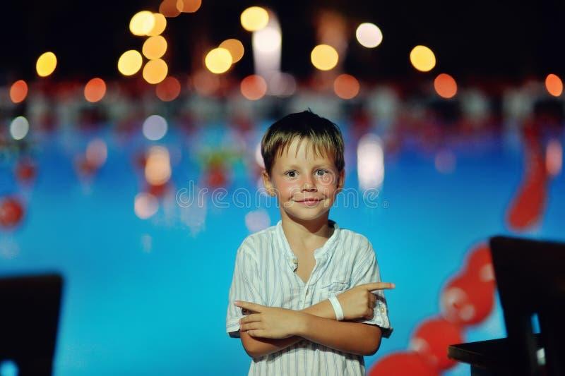 Jungen-und Nachtlichter lizenzfreies stockbild