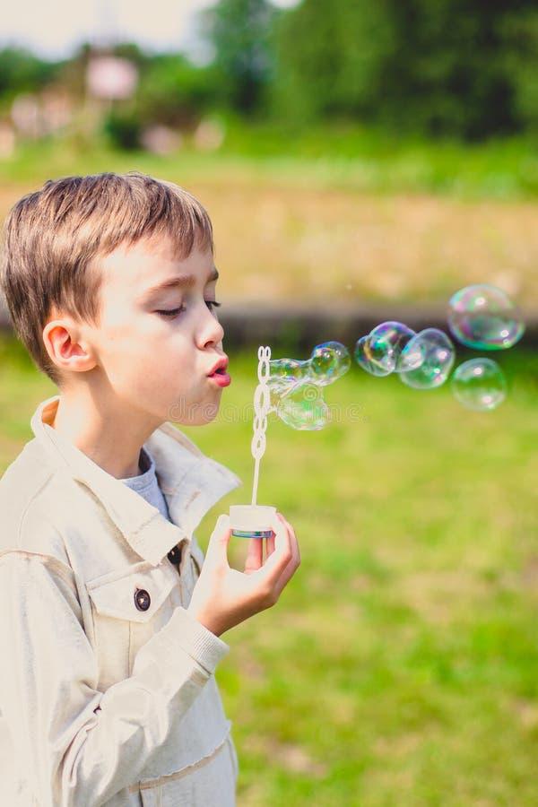 Jungen- und Seifenluftblasen stockbilder
