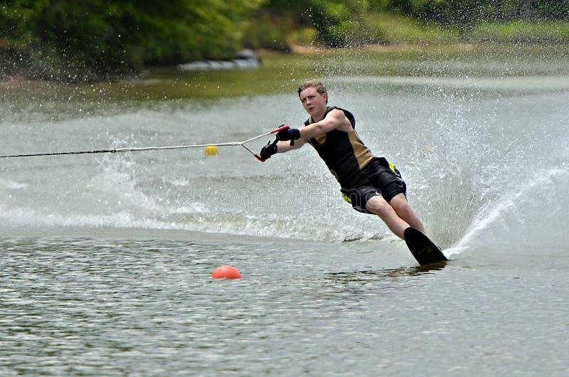 Jungen-Wasserskifahren lizenzfreie stockfotos