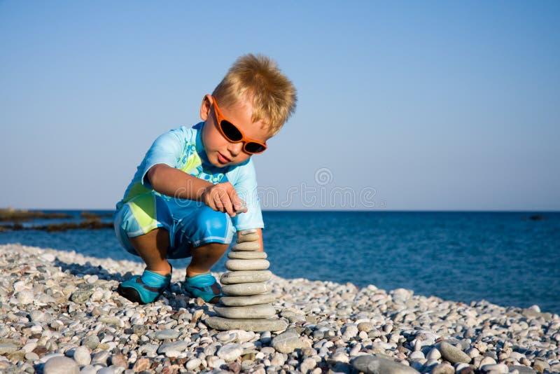 JungenBausteinstapel lizenzfreies stockfoto