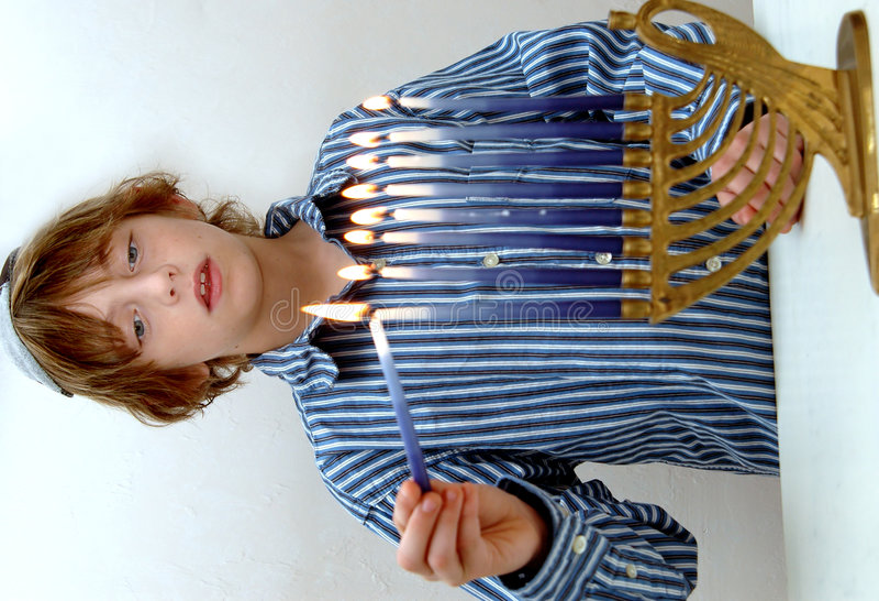 Jungenbeleuchtung Menorah stockfotografie