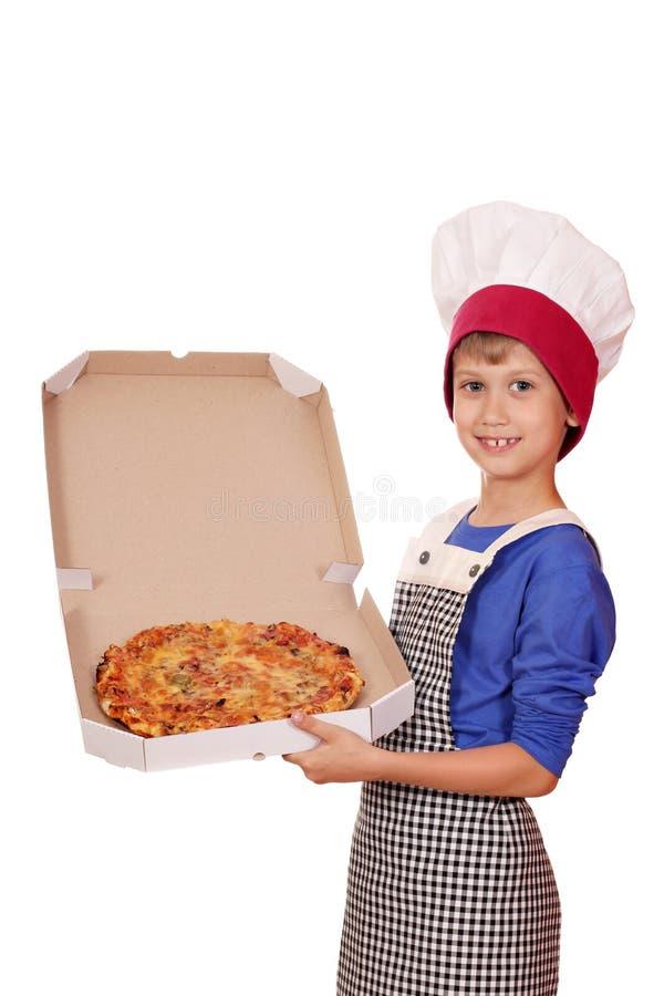 Jungenchef, der einen Pizzakasten hält stockbild