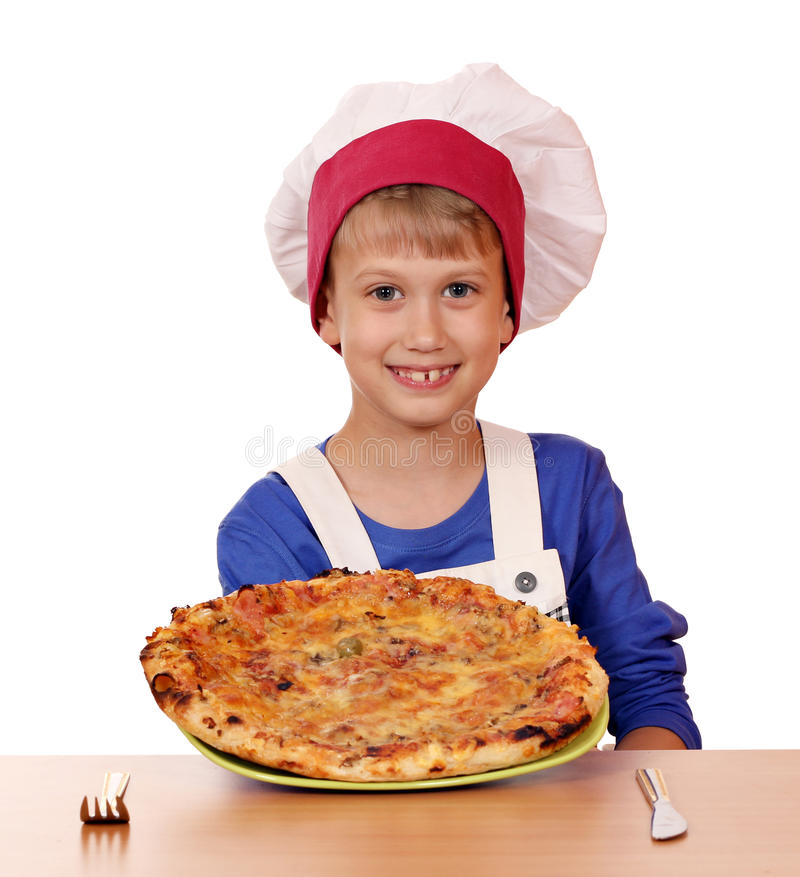 Jungenchef-Griffpizza auf Tabelle stockbilder