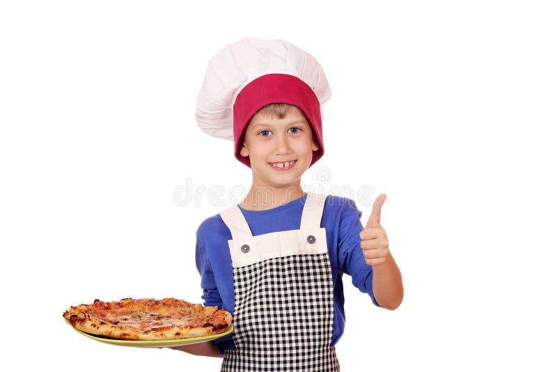 Jungenchef mit dem Daumen hoch und Pizza stockbilder