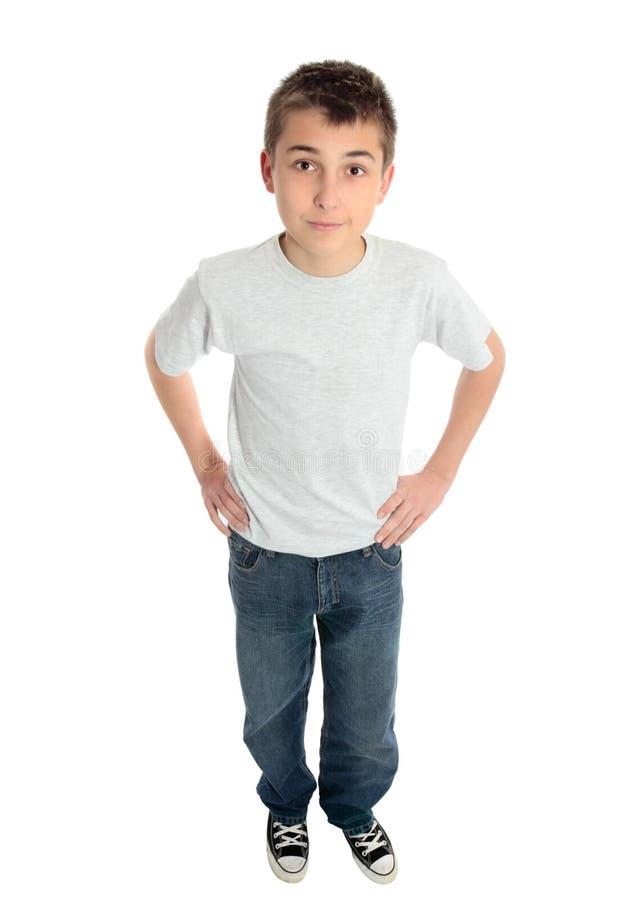Jungenhände auf Hüften stockfoto