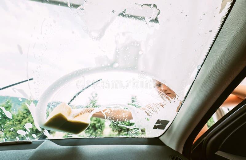 Jungenhilfen, zum eines Autos zu waschen Innere Autokameraansicht stockfotografie