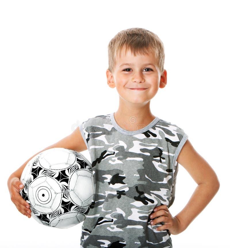 Jungenholding-Fußballkugel stockfotos
