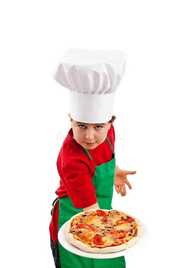 Jungenholdingpizza lizenzfreies stockbild