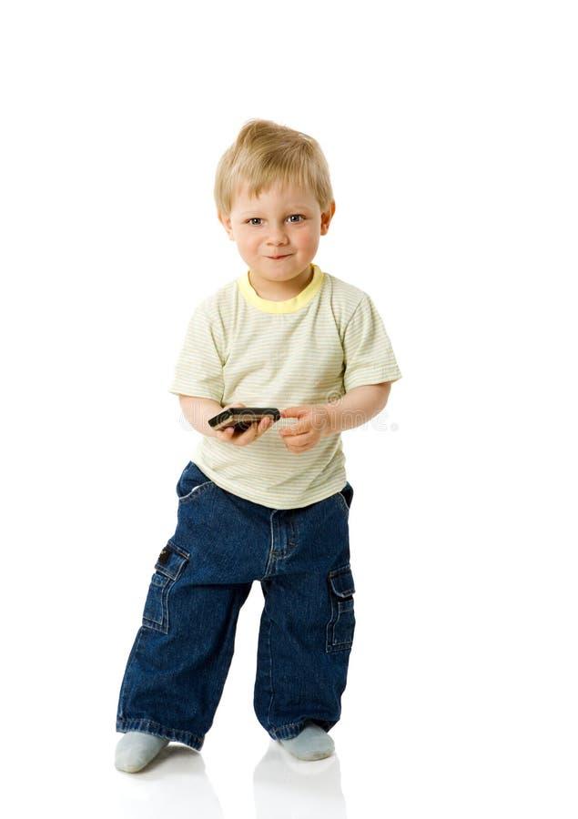Jungenholdingtelefon lizenzfreie stockbilder