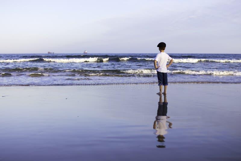 Jungenküstenmeereswogen lizenzfreies stockbild