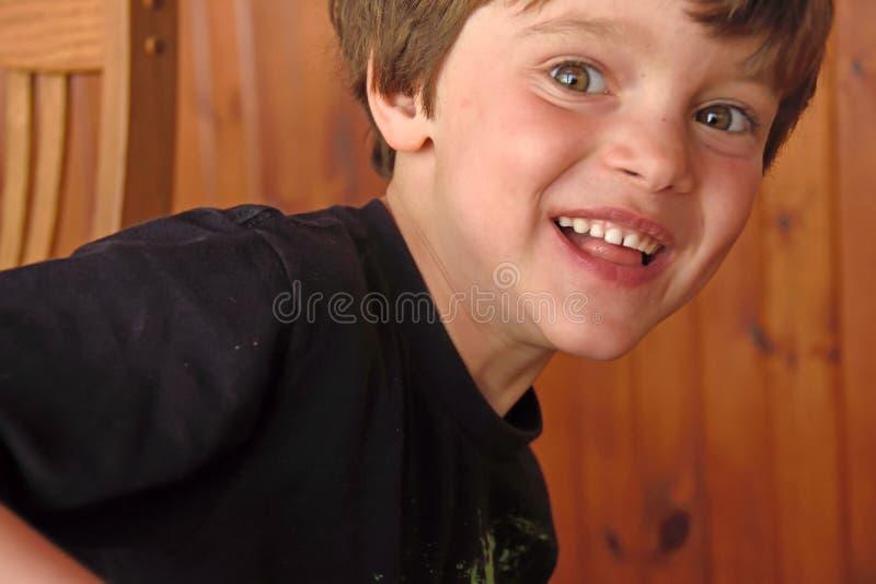 Jungenlächeln lizenzfreies stockfoto