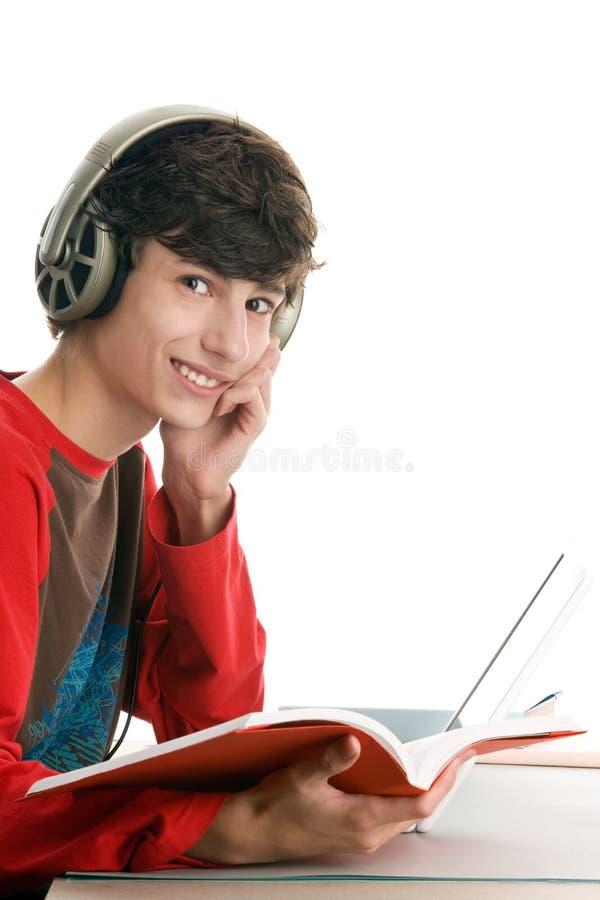 Jungenlesebuch und Hören Musik lizenzfreie stockbilder