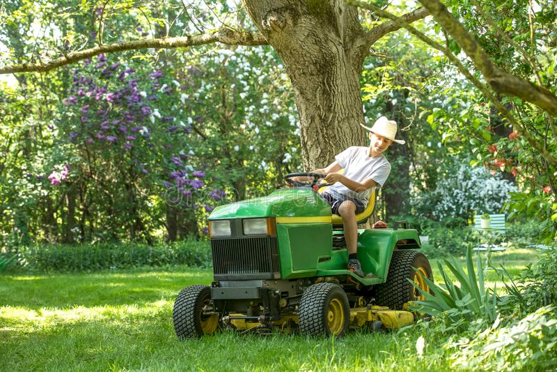 Jungenmann auf einem Traktor lizenzfreie stockbilder