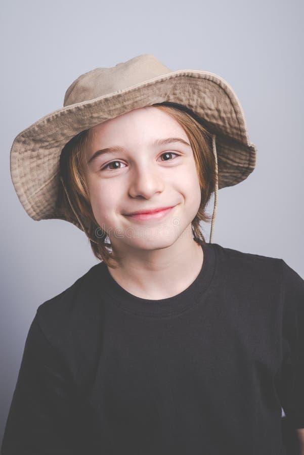 Jungenpfadfinder lächelndes portrai lizenzfreies stockfoto
