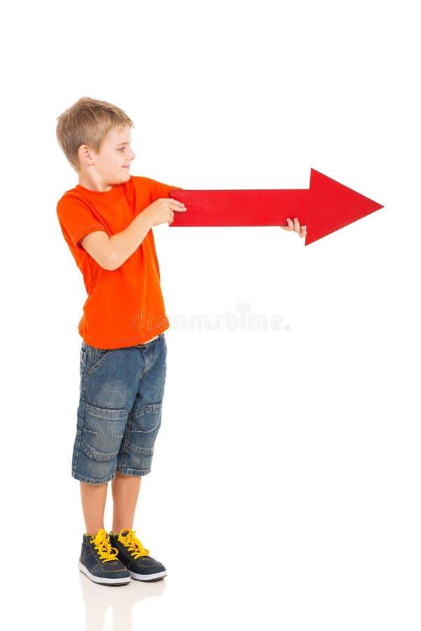 Jungenpfeilrecht lizenzfreie stockfotos