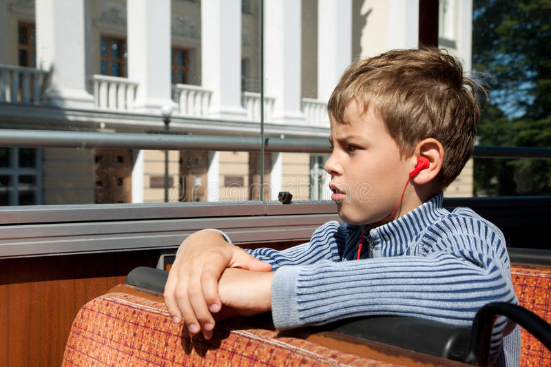 Jungenreiten auf hörender Exkursion des Busses stockbilder