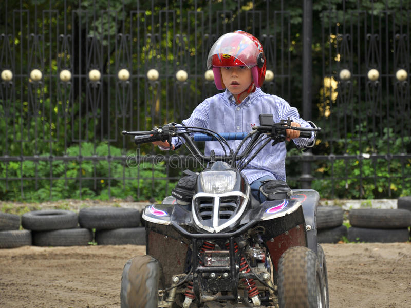 Jungenreiten Auf Quadricycle Der Kinder, Spaß Habend Stockfoto