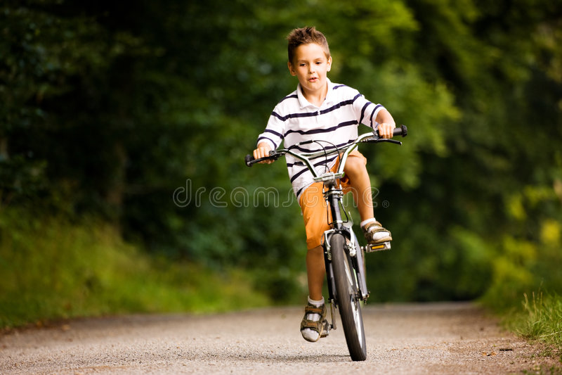 Jungenreitfahrrad lizenzfreies stockfoto