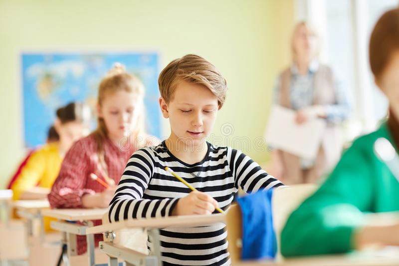 Jungenschreibens-Prüfungstest stockfotografie