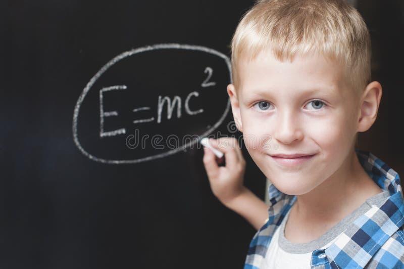 Jungenschreibensformel von Energie stockfotos