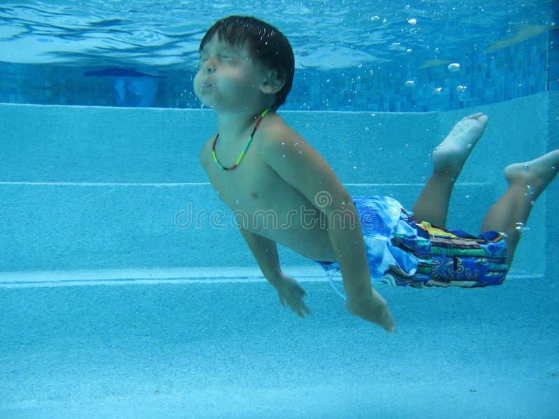 Jungenschwimmen stockfotos