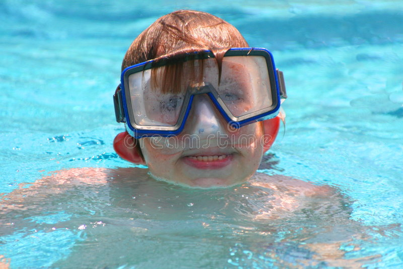 Jungenschwimmen mit Schablone lizenzfreies stockbild