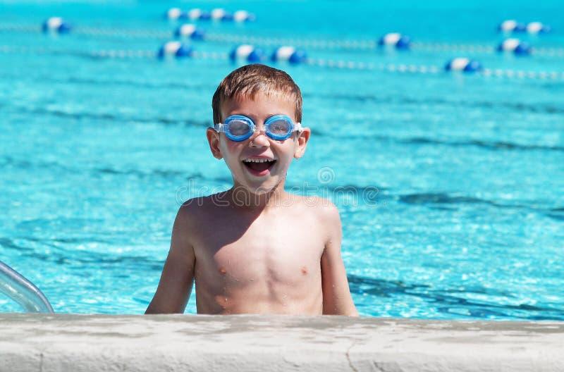 Jungenschwimmen mit Schutzbrillen stockfotos