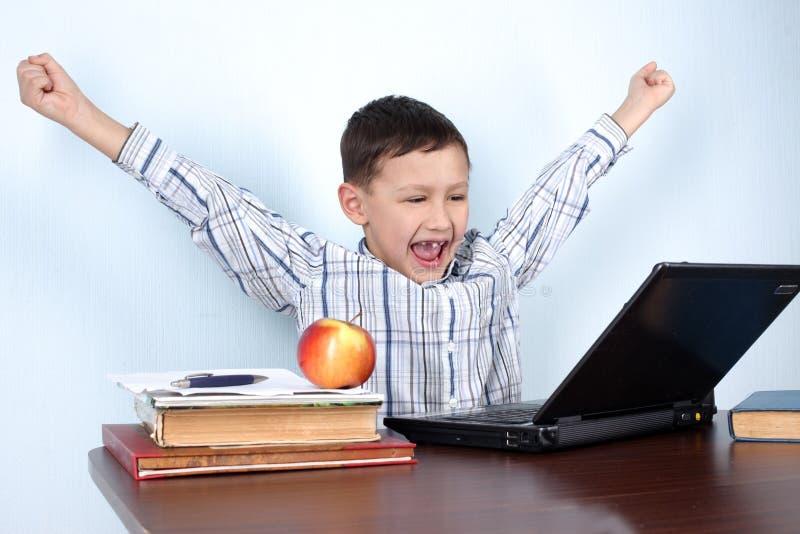 Jungensieger im Computerspiel oder -lernen lizenzfreie stockbilder