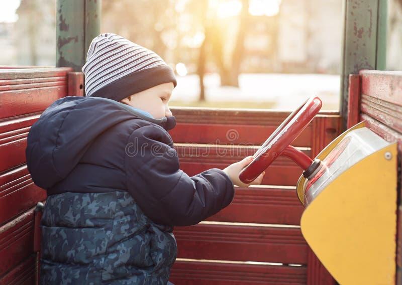 Jungenspiel im Spielplatz stockbilder