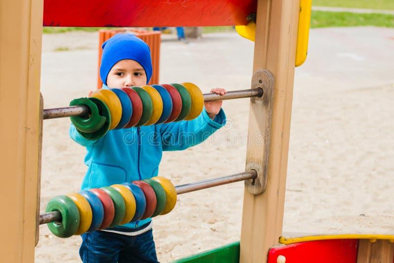 Jungenspiele auf dem Spielplatz stockfotografie