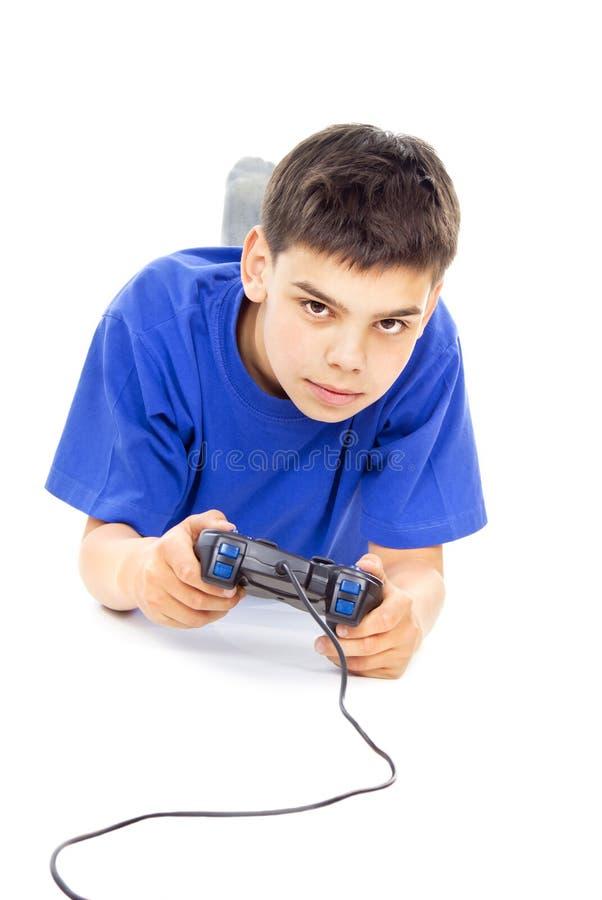 Jungenspiele auf dem Steuerknüppel stockfoto