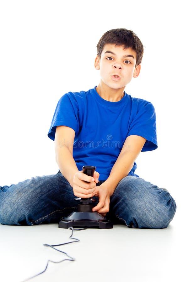 Jungenspiele auf dem Steuerknüppel stockbild