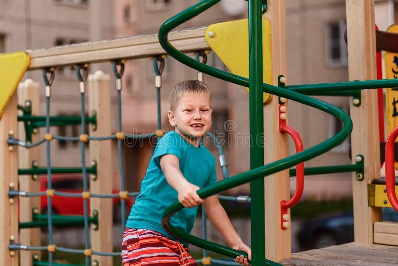 Jungenspiele im Spielplatz stockfotos