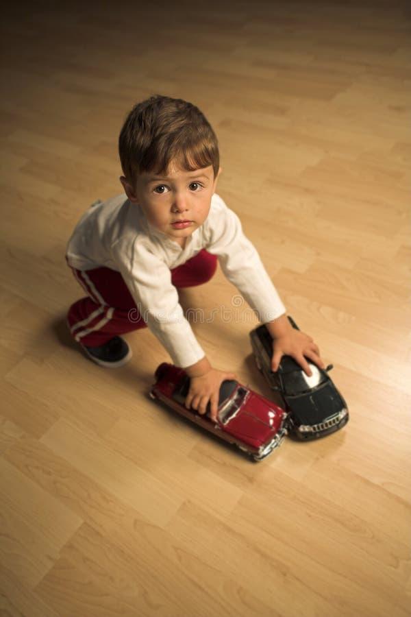 Jungenspielen lizenzfreie stockfotos