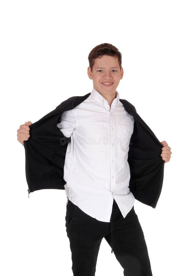 Jungenstellung des jungen jugendlich, die seine Jacke offen hält lizenzfreie stockfotografie