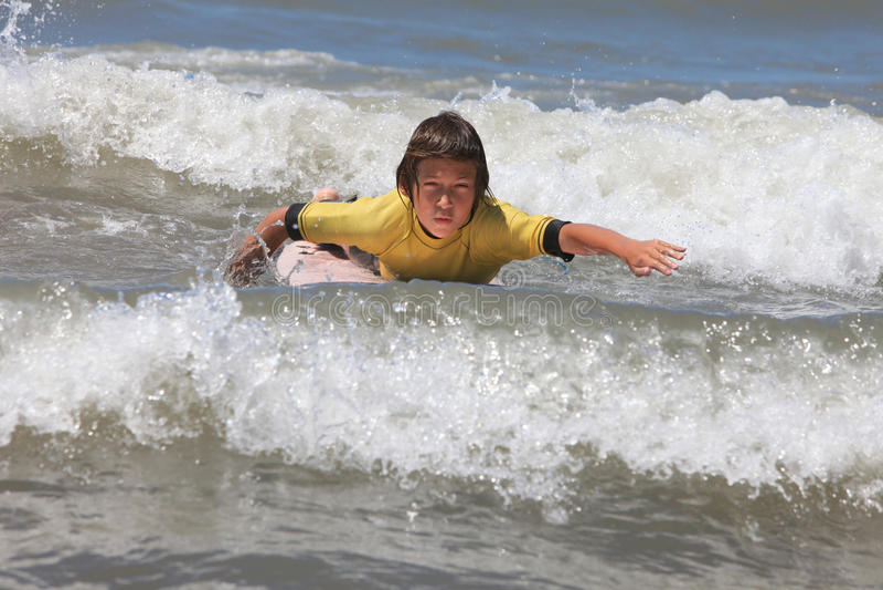 Jungensurfen stockfoto