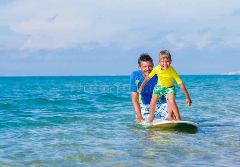 Jungensurfen lizenzfreie stockfotos