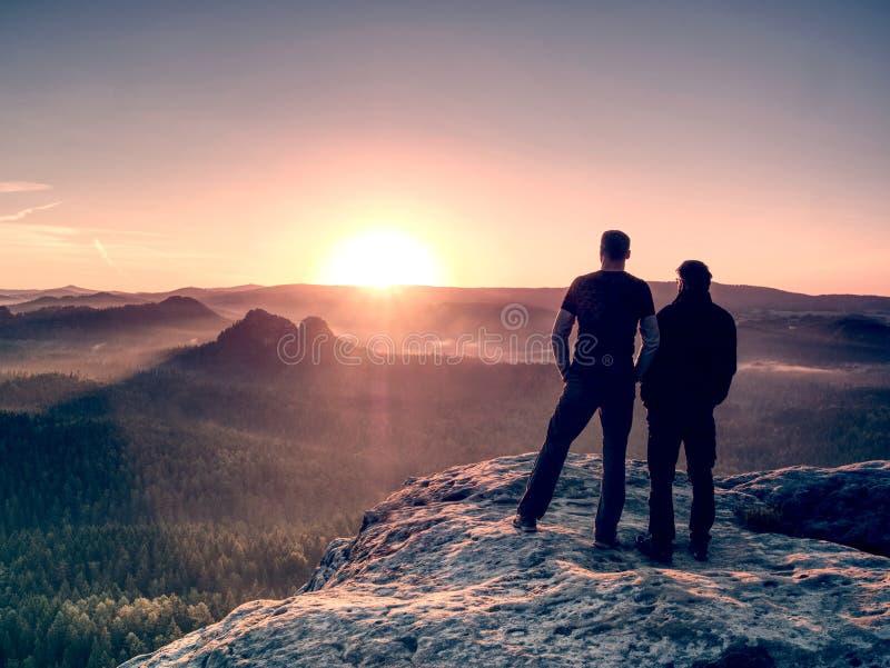 Jungentouristen bleiben zusammen nah an einander auf Gipfel stockfoto