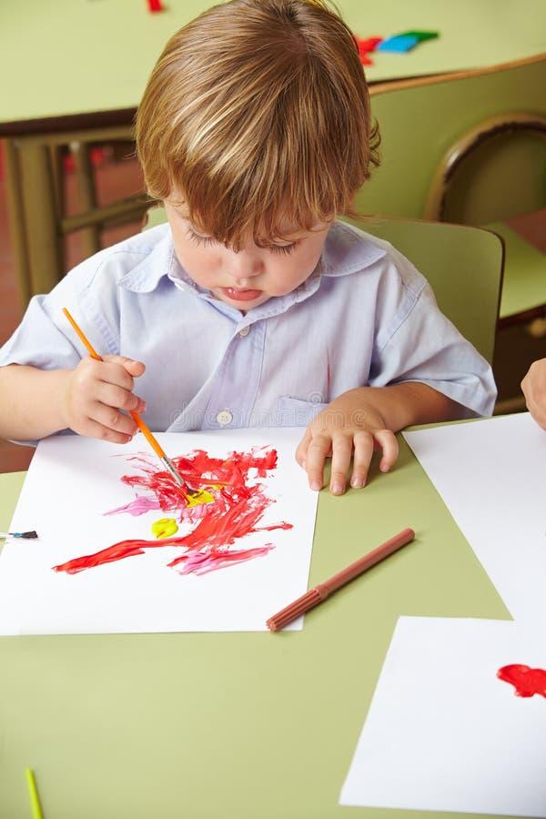 Jungenzeichnung im Kindergarten lizenzfreies stockbild