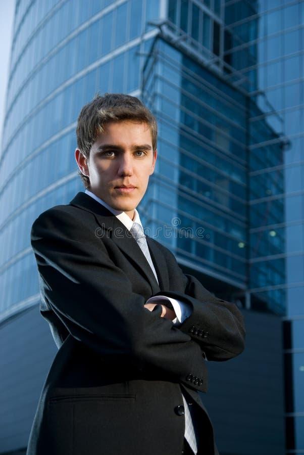 Junger überzeugter Geschäftsmann stockfoto