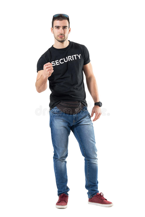 Junger überzeugter Polizeibeamte in der einfachen Zivilkleidung mit der geballten Faust stockbild