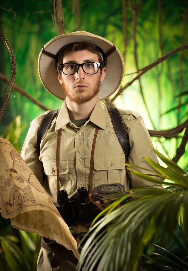 Junger Abenteurer im Dschungel stockfoto