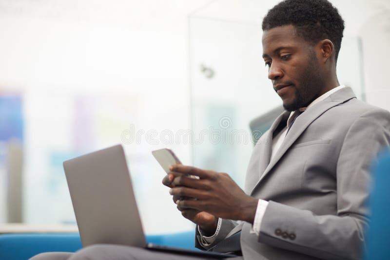 Junger afrikanischer Geschäftsmann stockbild
