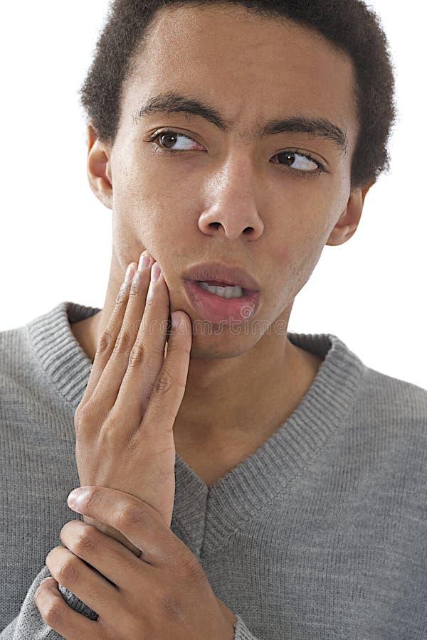 Junger afrikanischer Mann mit einer starken Zahnschmerzen stockfoto