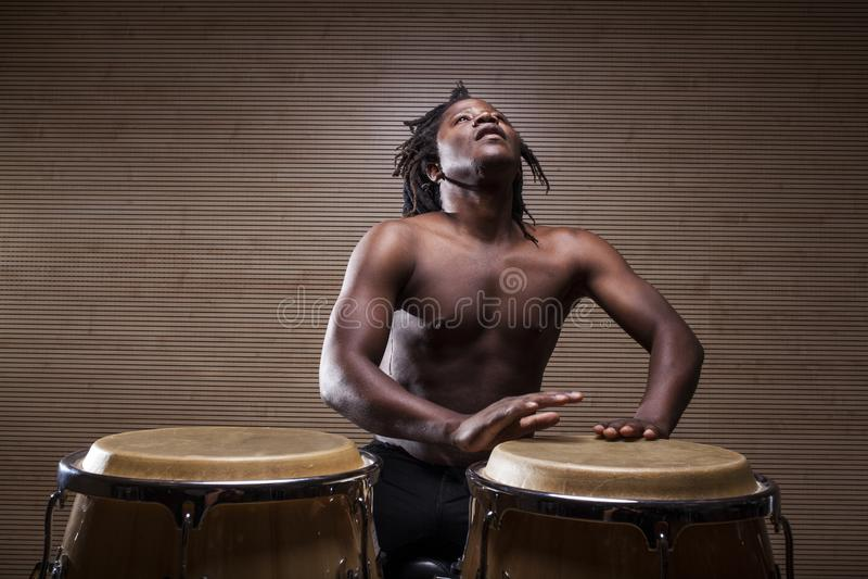 junger afrikanischer Mann spielt Congas lizenzfreie stockfotografie
