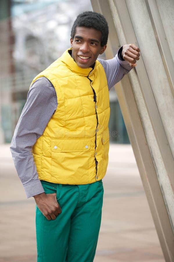 Junger Afroamerikaner-Mann in der bunten Kleidung draußen lizenzfreies stockfoto
