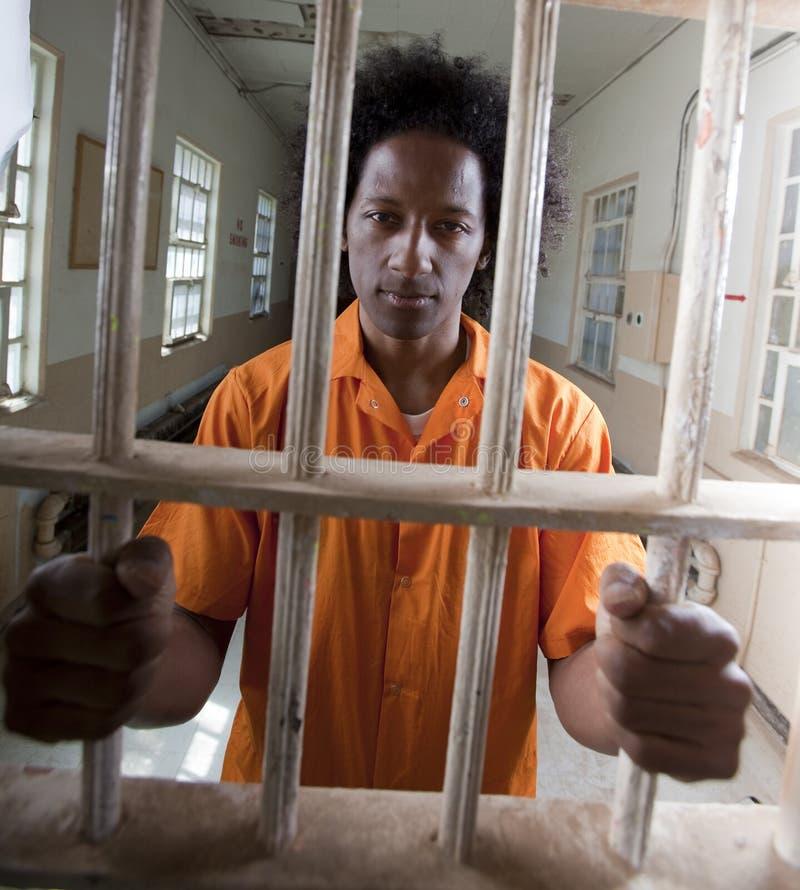 Junger Afroamerikaner-Mann hinter Stäben lizenzfreie stockbilder