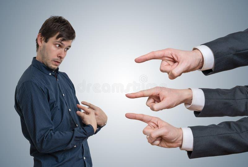 Junger Angestellter erhalten abgefeuert Viele Hände tadeln ihn stockbild